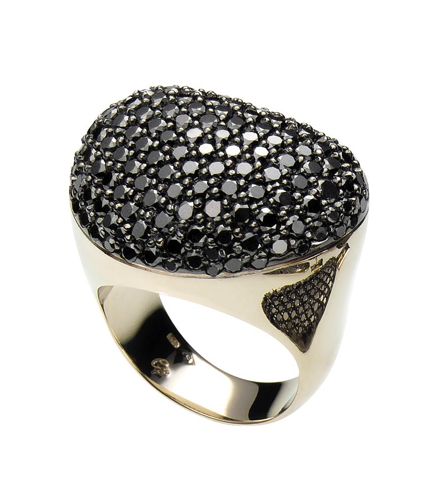 Anel da coleção Pedras Roladas, de ouro amarelo com diamantes negros